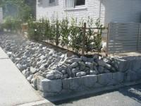 割栗石の斜面で奥行のある家まわり1