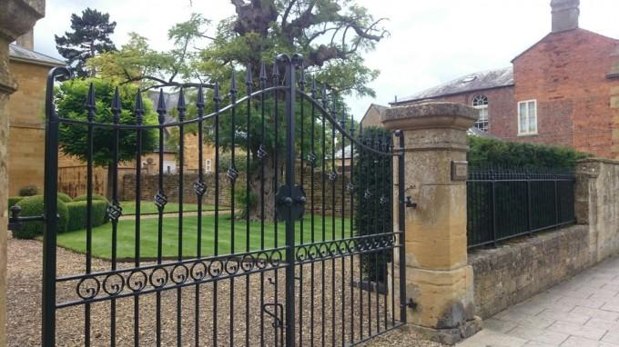 ライムストーン 門