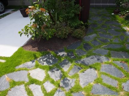 自然石と芝アプローチ